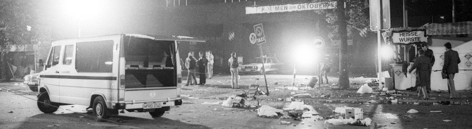 Oktoberfestattentat München 1980, Leichen werden in Särgen abtransportiert.
