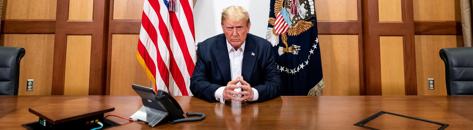 Donald Trump am 04.10.2020 in seinem improvisierten Büro im Krankenhaus.