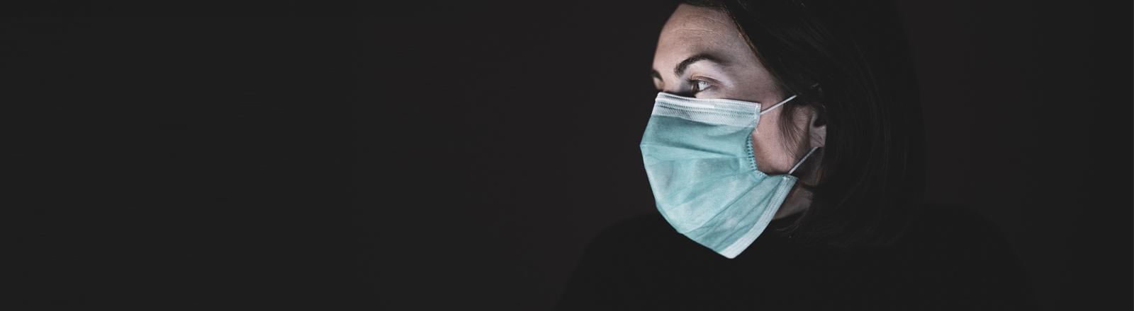 Eine Frau trägt eine Mund-Nase-Maske.