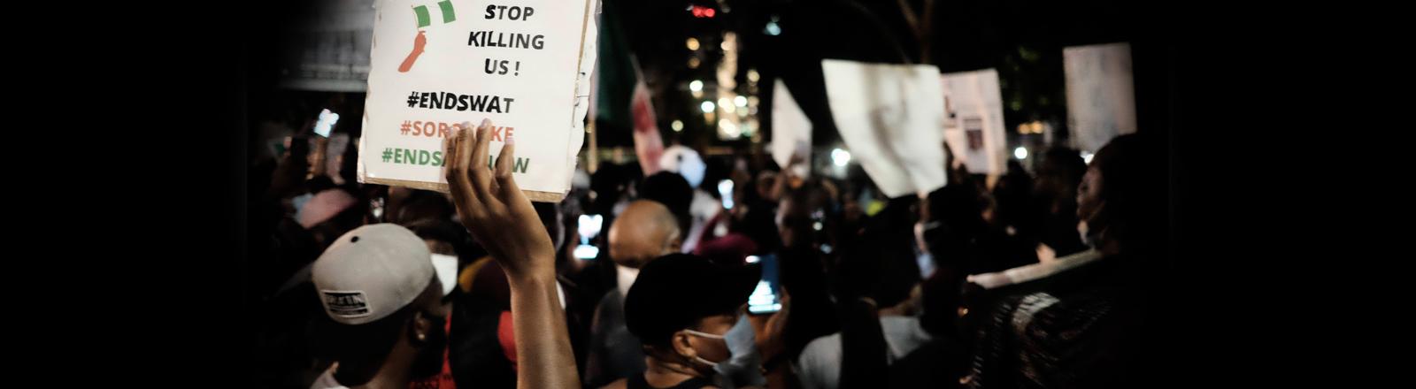 In den USA demonstrieren Menschen gegen Tötungen in Nigeria.