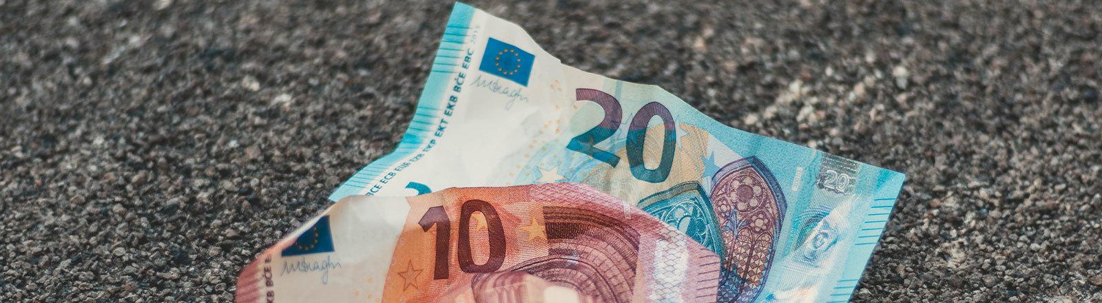 Zwei zerknitterte Euroscheine, 10 und 20 Euro
