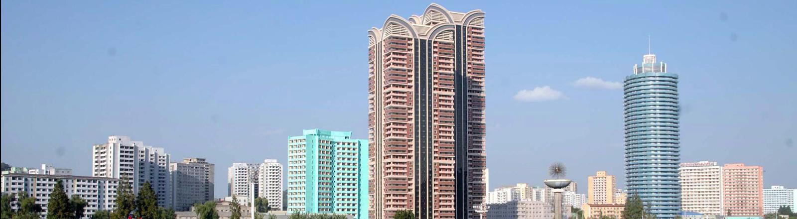 Die Silhouette von Pjöngjang mit einigen Hochhäusern