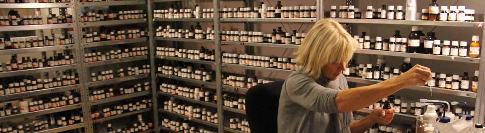 Sissel Tolaas bei der Arbeit in ihrem Geruchslabor