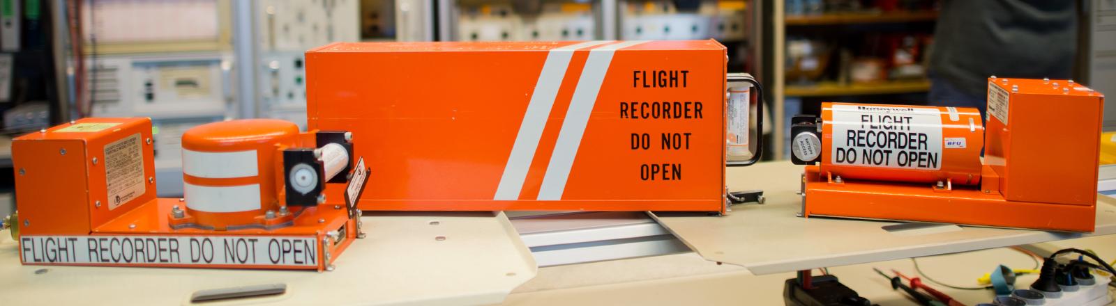Ein Flugdatenschreiber und eine Voicerecorder im Bundesinstitut für Flugunfalluntersuchung