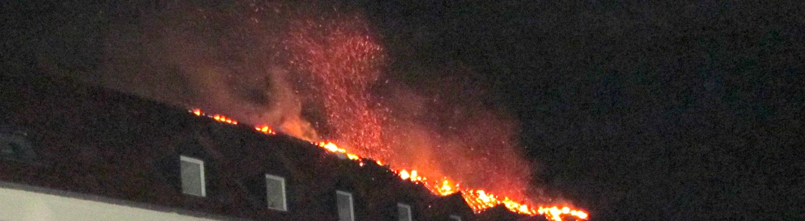 Brennendes Dach der Flüchtlingsunterkunft in Tröglitz.