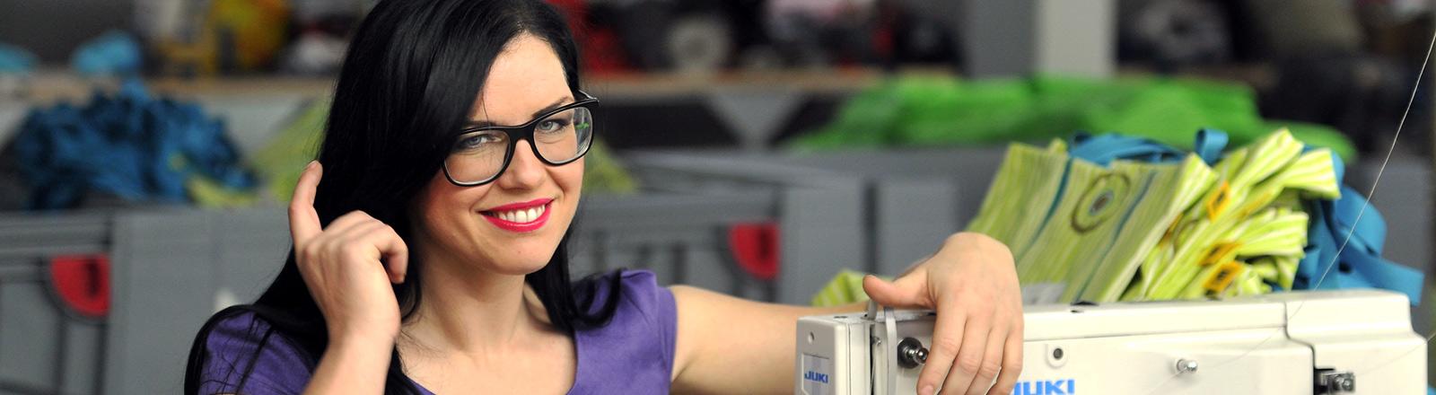 Unternehmerin Sina Trinkwalder mit Nähmaschine