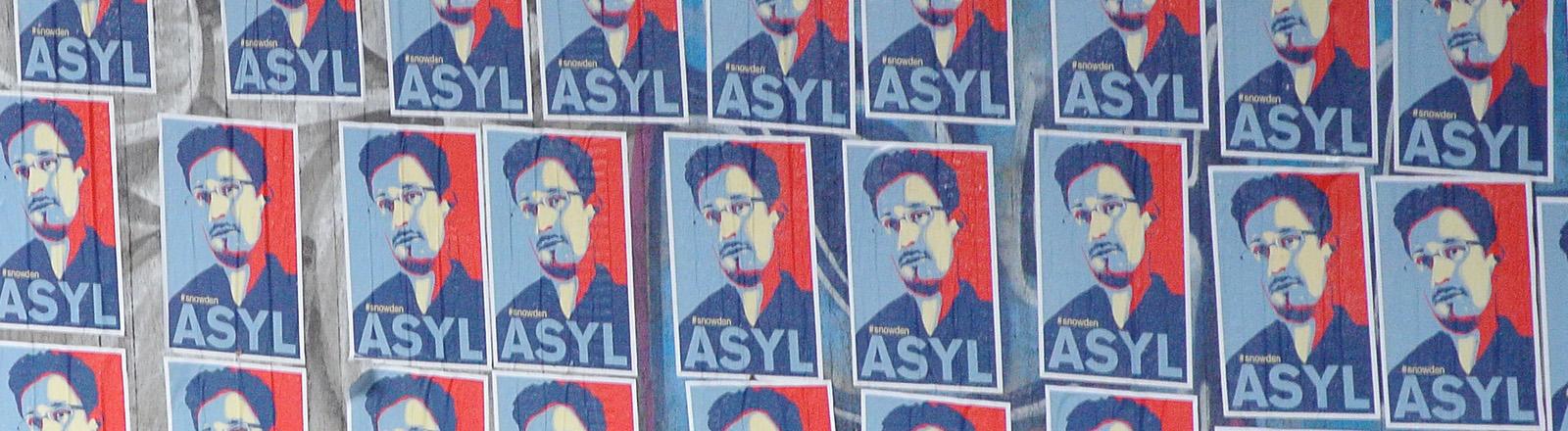 DPA: Plakate mit der Aufschrift Asyl für Edward Snowden