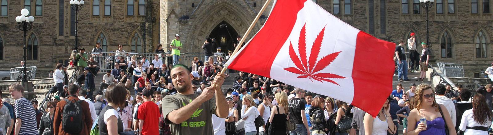 Ein Mann schwenkt 2010 eine kanadische Flagge mit Cannabis- statt Ahorn-Blatt