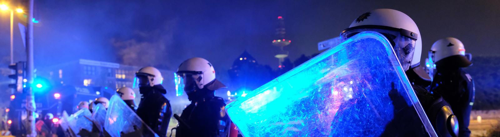 Polizisten schützen sich beim G20-Gipfel.