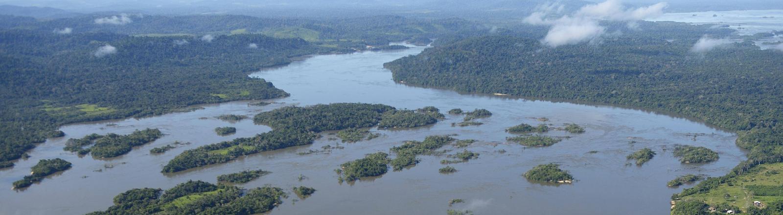 Blick auf den Rio Tapajos im brasilianischen Amazonas-Regenwald