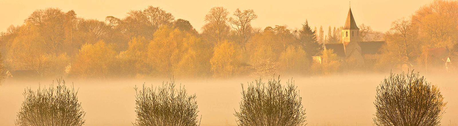 Dorf in Flandern im Nebel