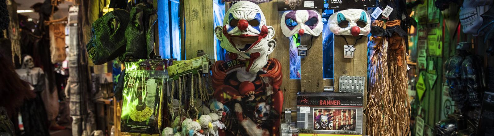 Halloween-Masken und anderes Zubehör in einem Geschäft.