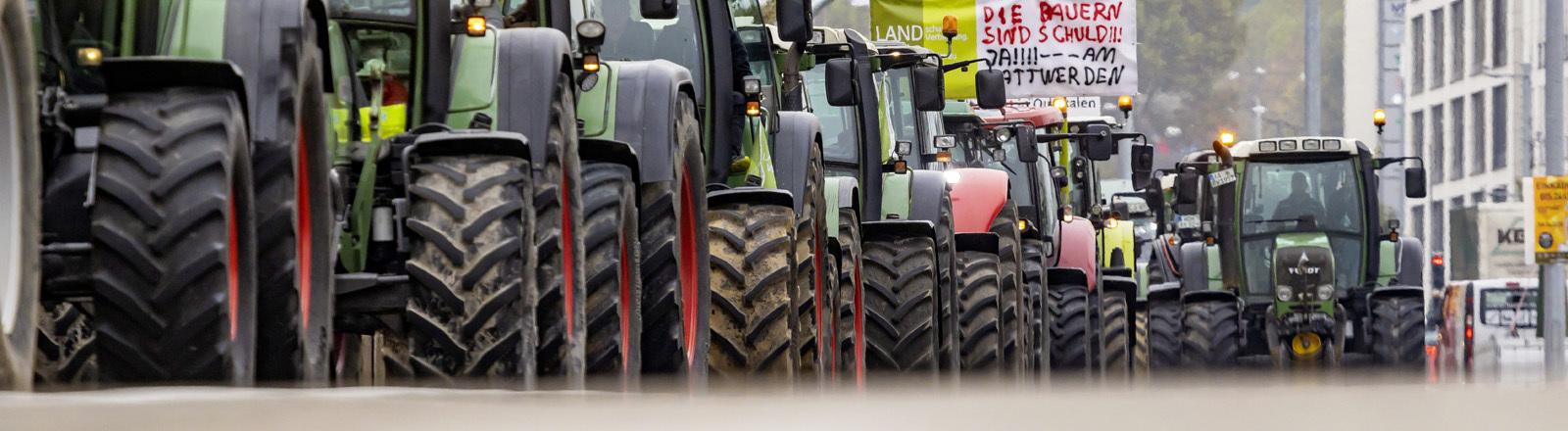 Landwirte demonstrieren auf ihren Traktoren in der Stuttgarter Innenstadt.