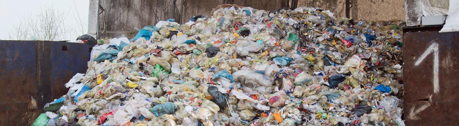Ein Berg voll Verpackungsmüll – größtenteils Plastikmüll.