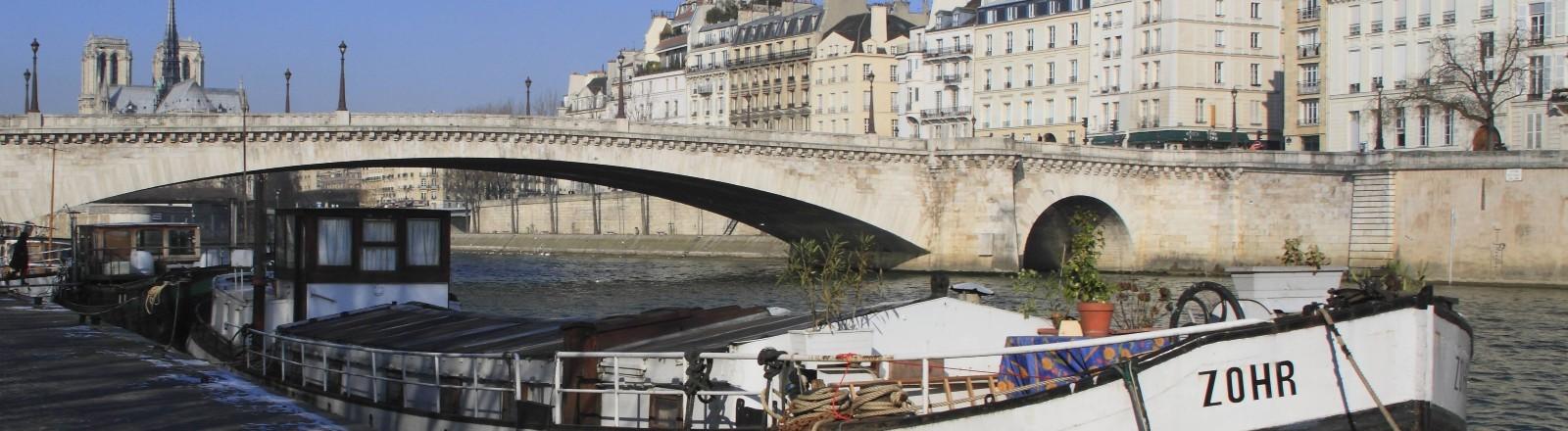 Frachtschiff auf der Seine