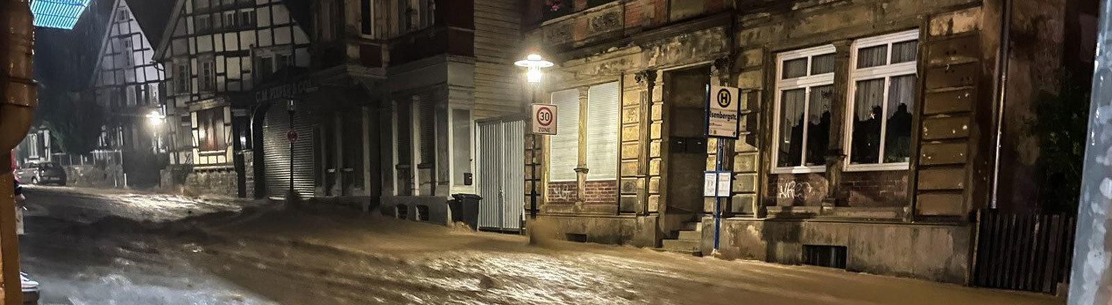 Wasser fließt eine Straße hinunter. Hagen beim Hochwasser am 14.07.2021.