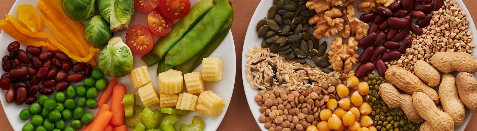Vegane Leckereien auf zwei Tellern.