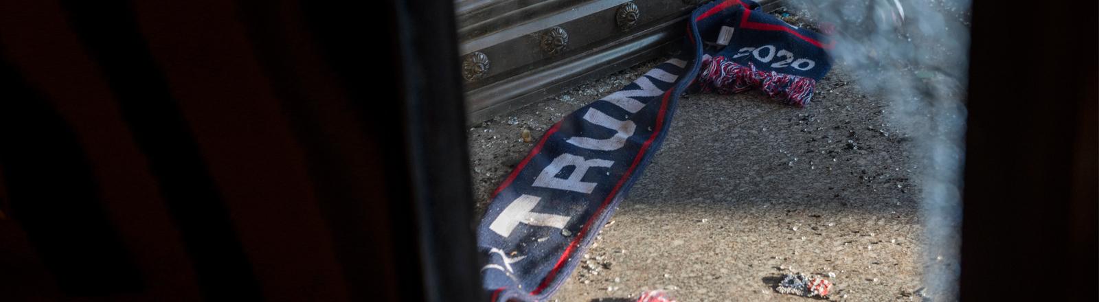 Ein Trump-Fanschal liegt zerschlissen am US-Kapitol.