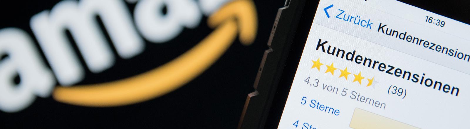 Ein Handy mit Amazon-Bewertungen und dem Amazon-Logo im Hintergrund.