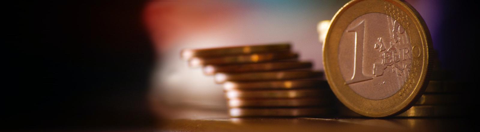 Ein paar Euro-Münzen liegen übereinander.