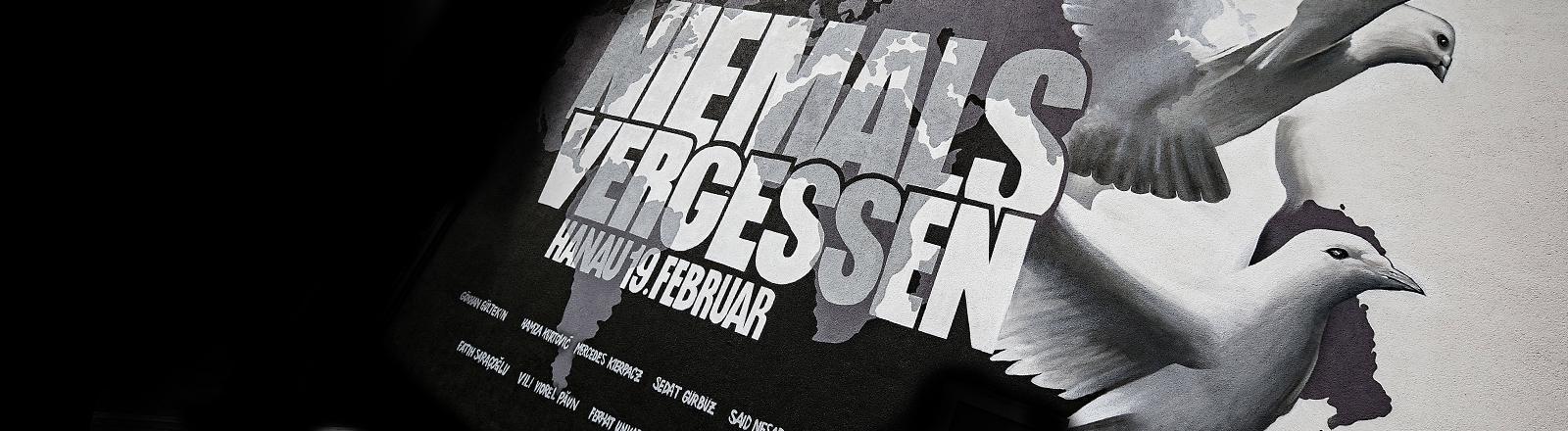 Ein Graffito erinnert an den Terroranschlag von Hanau am 19. Februar 2020.
