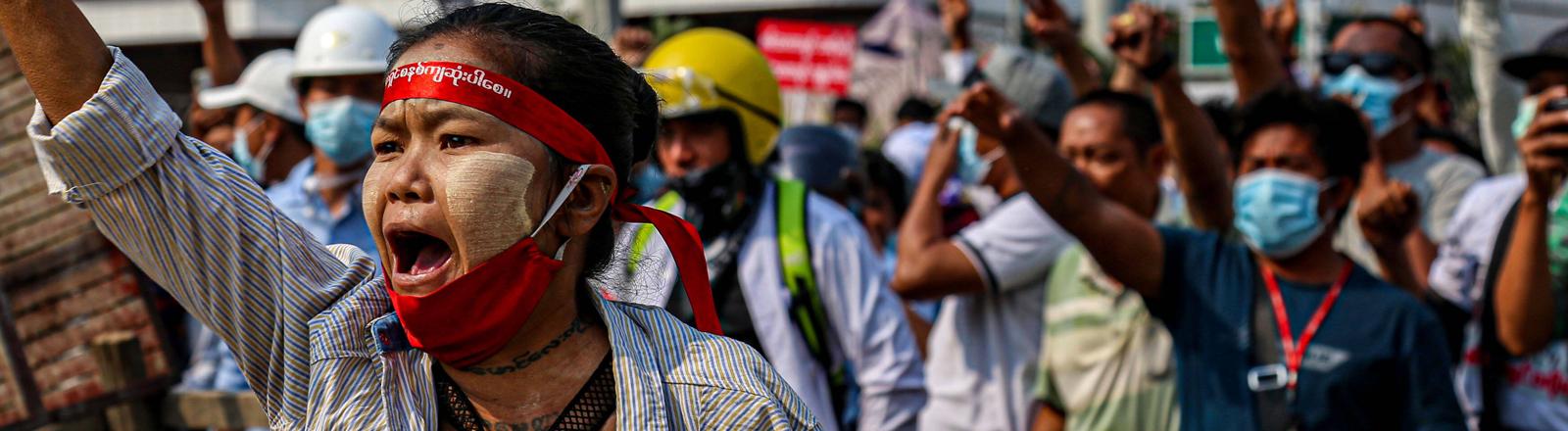 Demonstrierende in Myanmar am 28.02.2021.