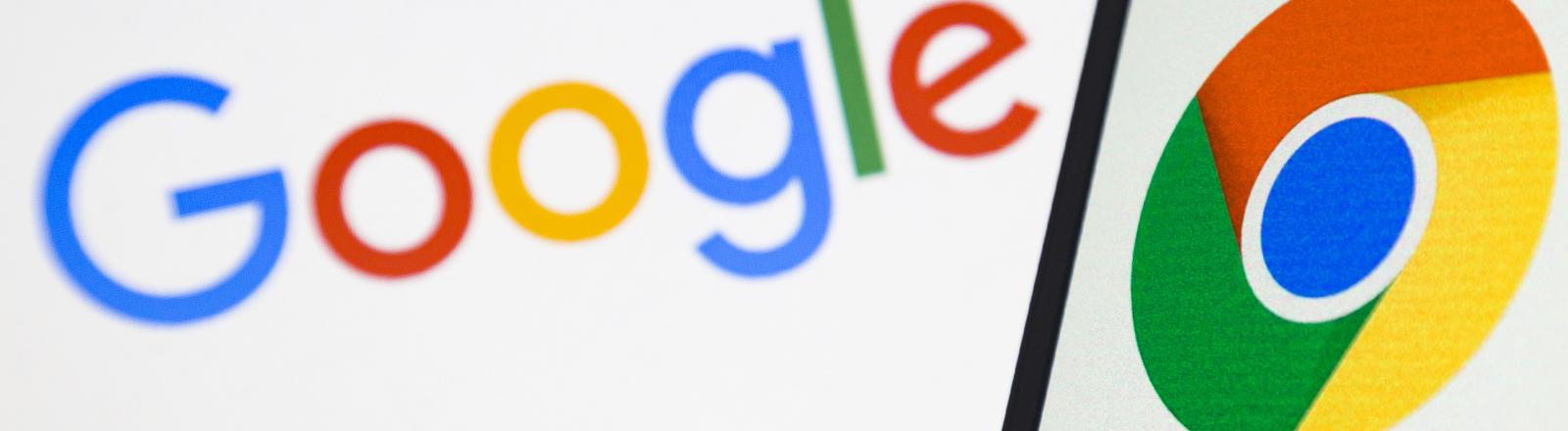 Google- und Chrome-Logo auf einem Handy.