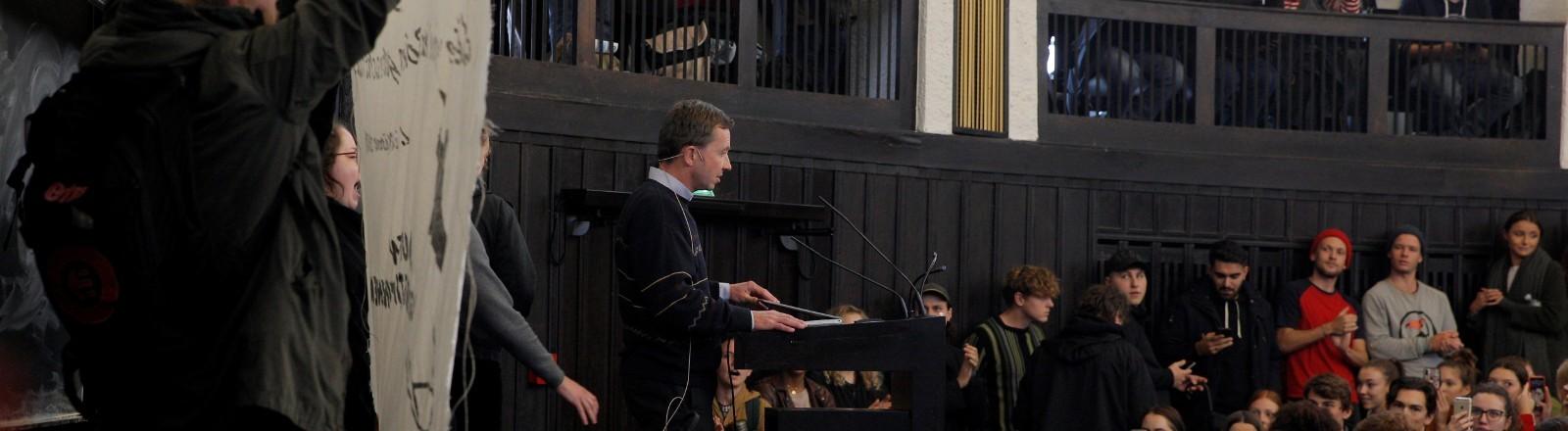 Bernd Lucke hält eine Vorlesung unter Studierenden-Protesten