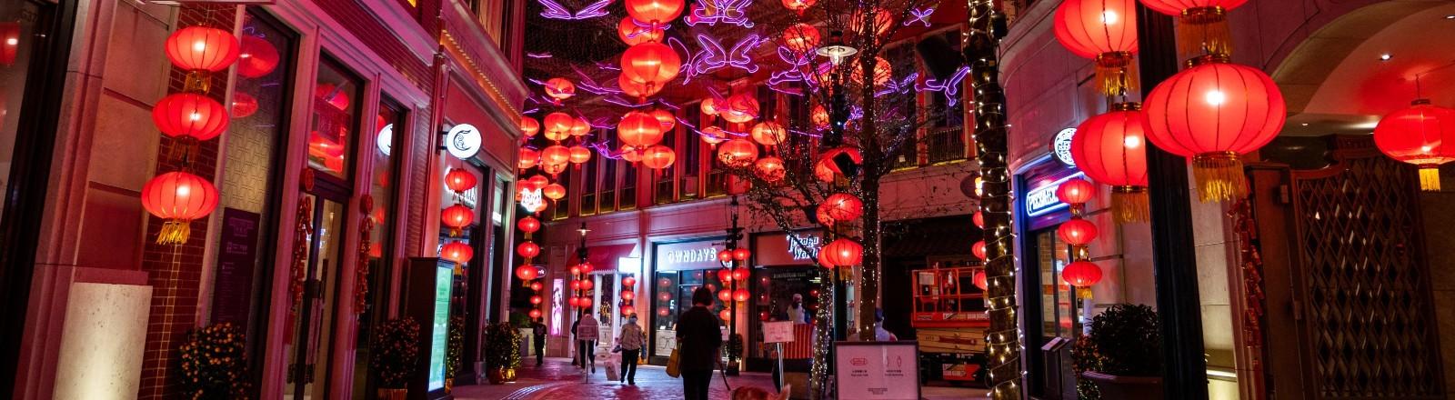 Bunte, rote Lichter in einer leeren Straße am Chinesischen Neujahrsfest