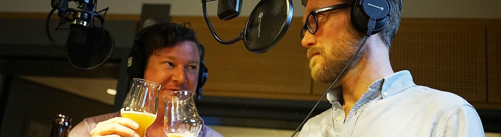 Die beiden Co-Brewing-Space-Gründer Chris Gläser und Tim Hauke prosten sich im Studio zu