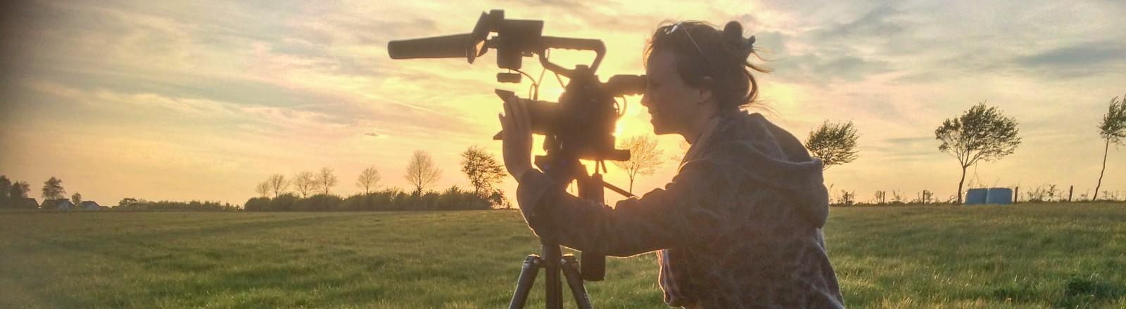 Die Regisseurin Elena Horn schaut durch ihre Kamera