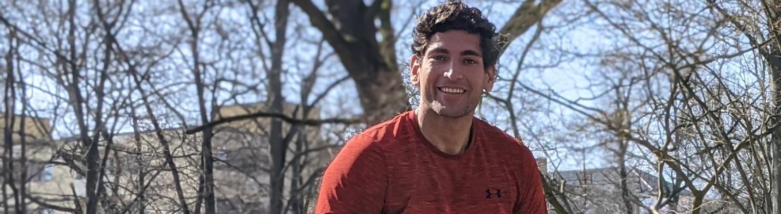 Sportwissenschaftler Gino Singh auf einer Mauer