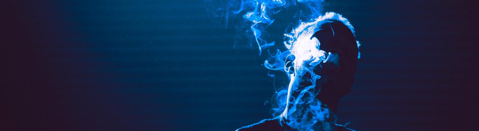 Mann im Drogenrausch mit blauem Hintergrund