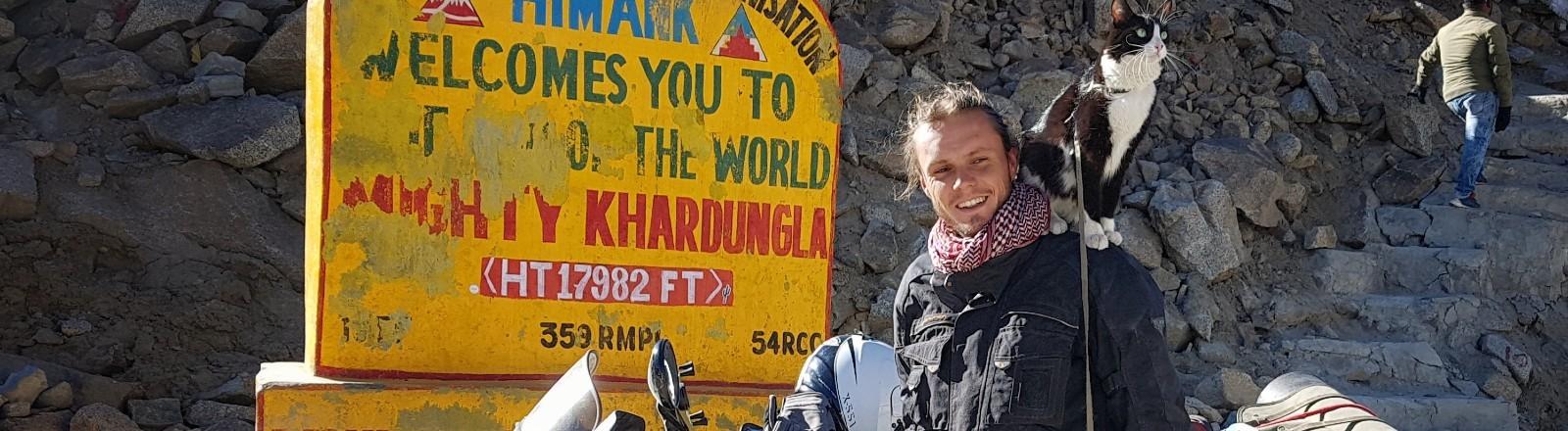 Martin Klauka mit seiner Katze in Indien