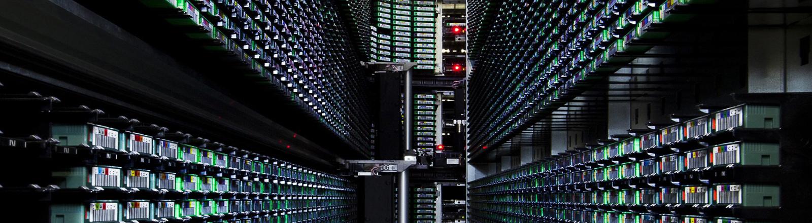 Blick in ein Google-Serverzentrum. Die grünen Leuchtioden der Rechner lassen ein sehr futuristisch wirkendes Bild entstehen.