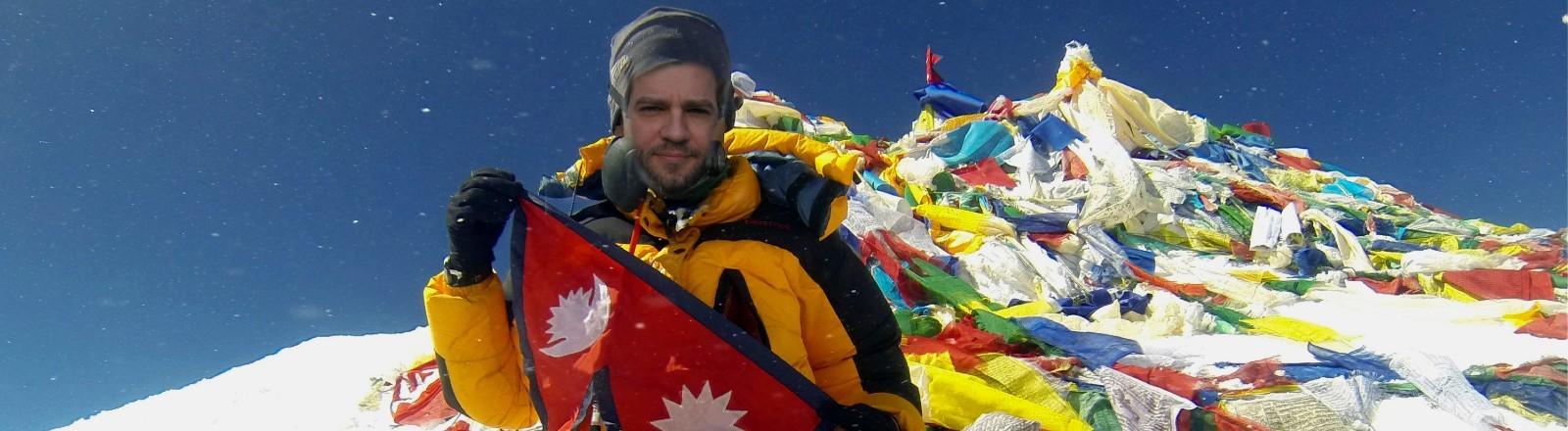 Ein Bild vom Gipfel des Mount Everest mit einem hineinretuschierten Gesicht