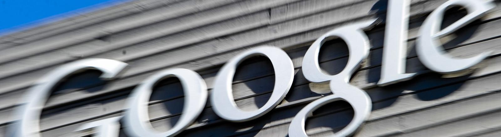 der Google-Schriftzug an einer Hausfassade.