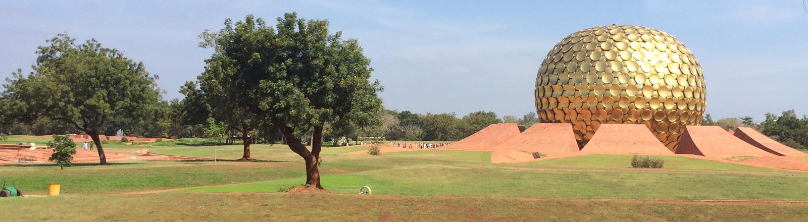 Eine gold-glänzende Kugel heißt Matrimandir und ist das spirituelle Zentrum der Gemeinde Auroville in Indien.