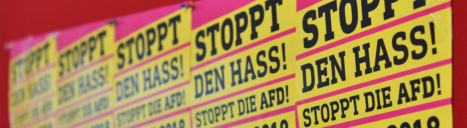 """23.05.2018, Berlin: Diese Plakate hängen bei einem Pressegespräch des Bündnisses """"Stoppt den Hass - Stoppt die AfD"""" an einer Wand. Das Bündnis will gegen die AfD-Demonstration """"Zukunft Deutschland"""" am 27.05.2018 mit zahlreichen Aktionen protestieren."""