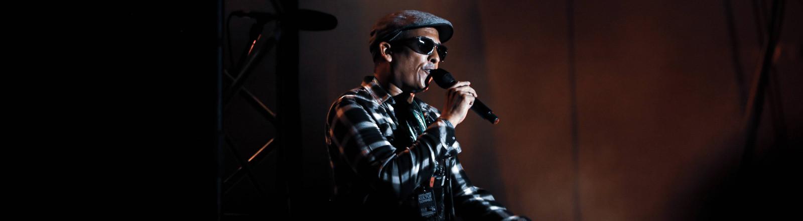 Xavier Naidoo bei einem Konzert auf der Bühne.