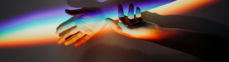 Die linke Hand berührt den rechten Arm