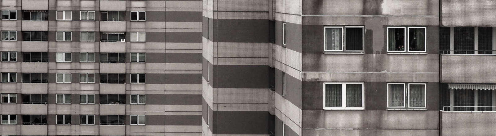 Eine graue Plattenbau-Fassade.