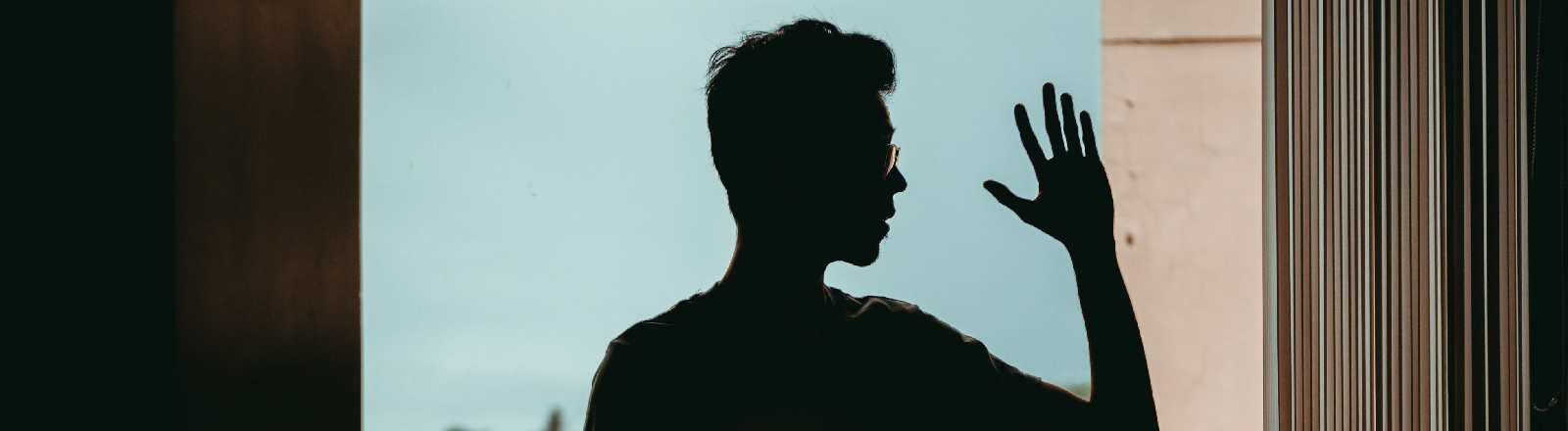 Ein junger Mann vor dem Fenster.