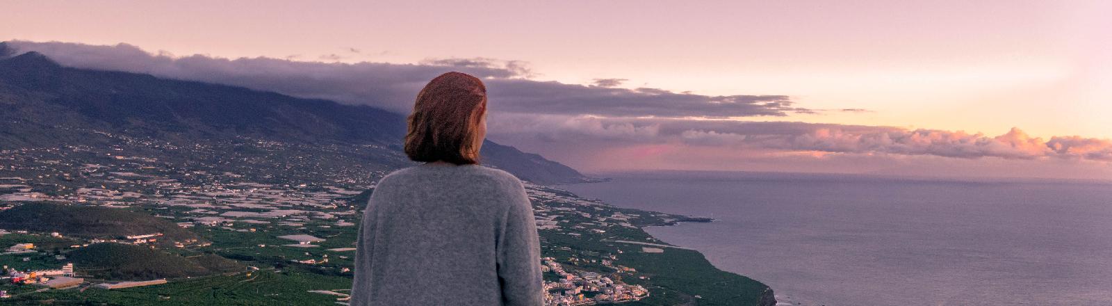 Reisebloggerin Luise Kenner schaut dem Sonnenuntergang entgegen.