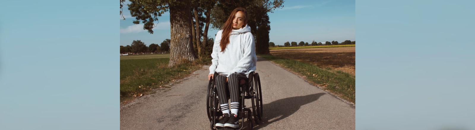 Amelie sitzt in ihrem Rollstuhl.