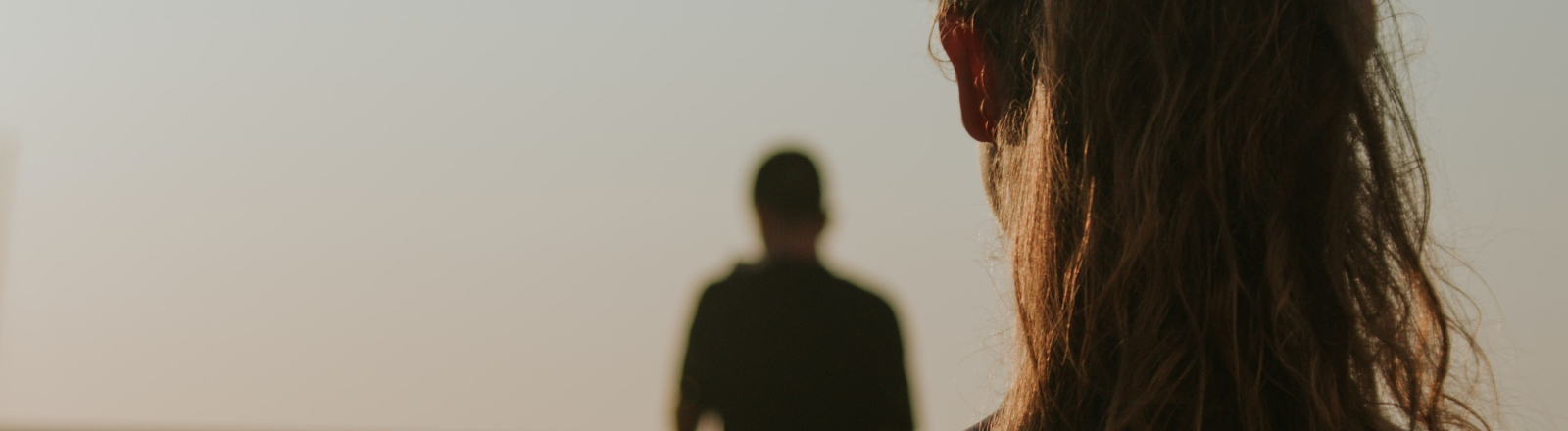 Eine Frau schaut einer anderen Person hinterher.