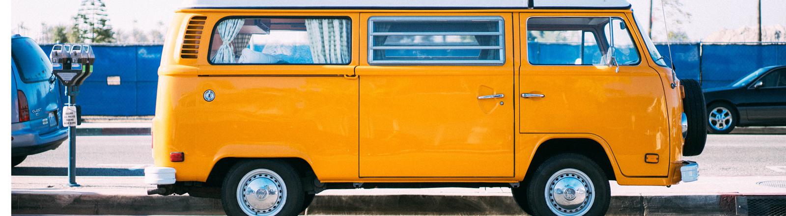 VW-Bus am Straßenrand
