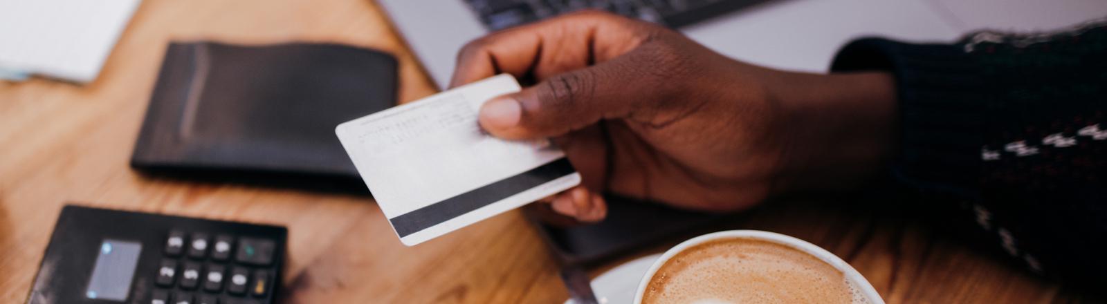Ein Mann reicht seine EC-Karte