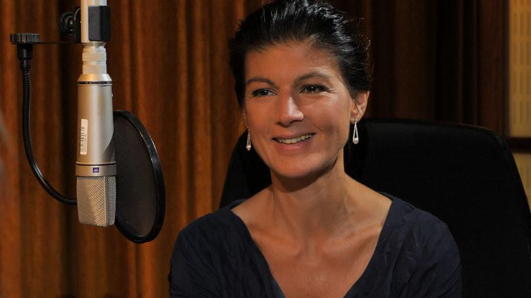 Videostill: Sahra Wagenknecht im Deutschlandfunk Nova Studio in Berlin