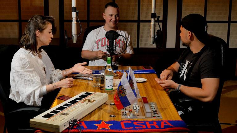 Videostill: Die Ostboys im Gespräch mit Kat Kaufmann für How to Russian